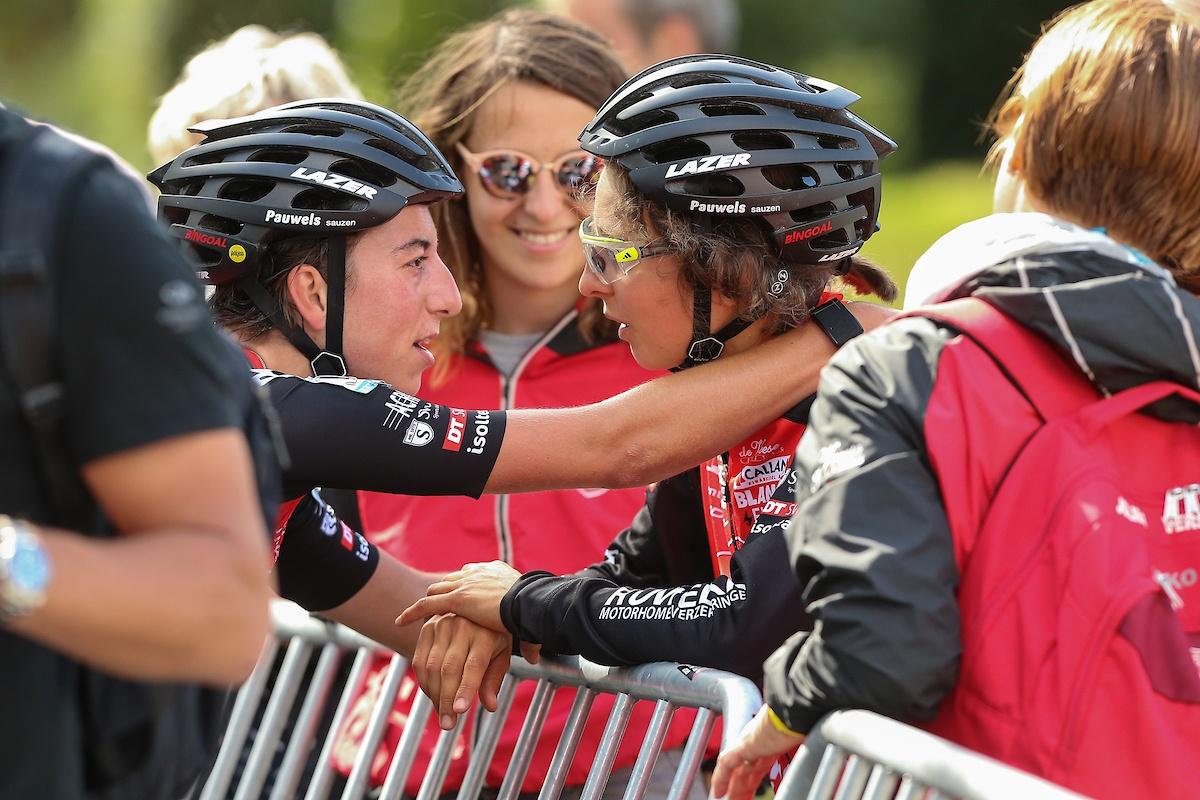 Ritwinnaar Maud Kaptheijns (links) met Jolien Verschueren (rechts) - foto Photopress.be